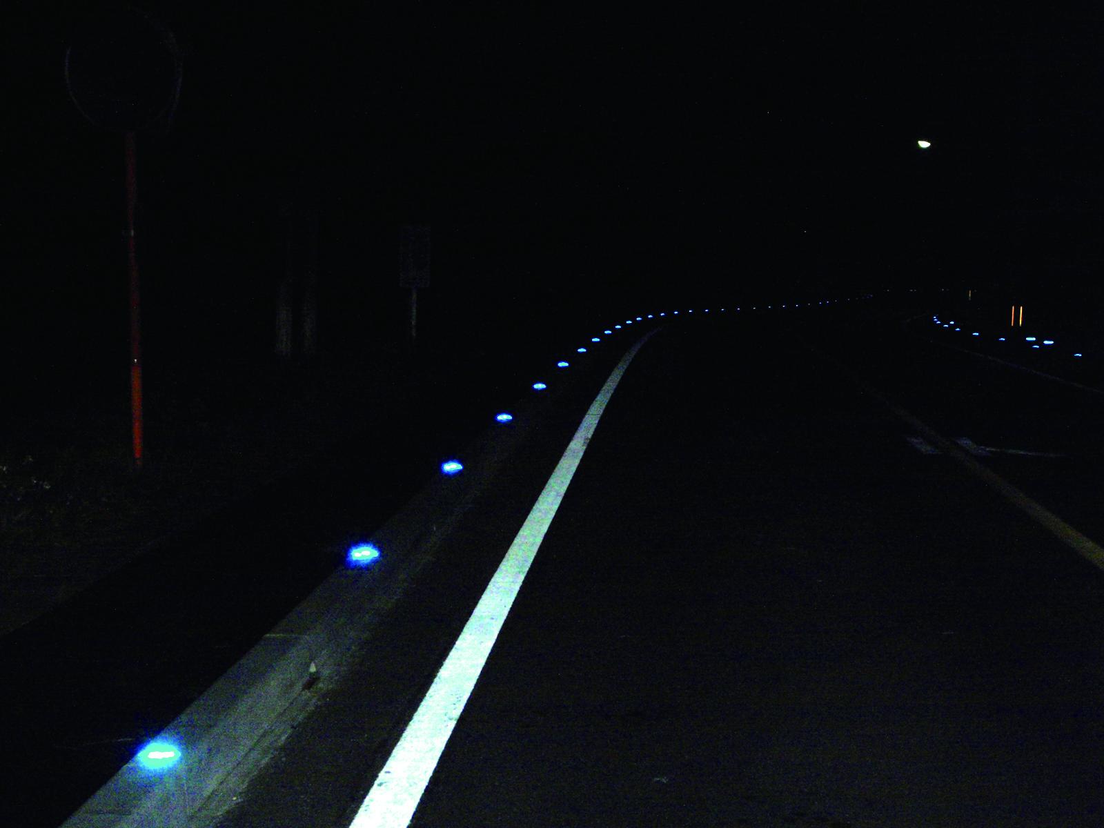 近〜遠距離まで視線誘導する縁石用道路鋲