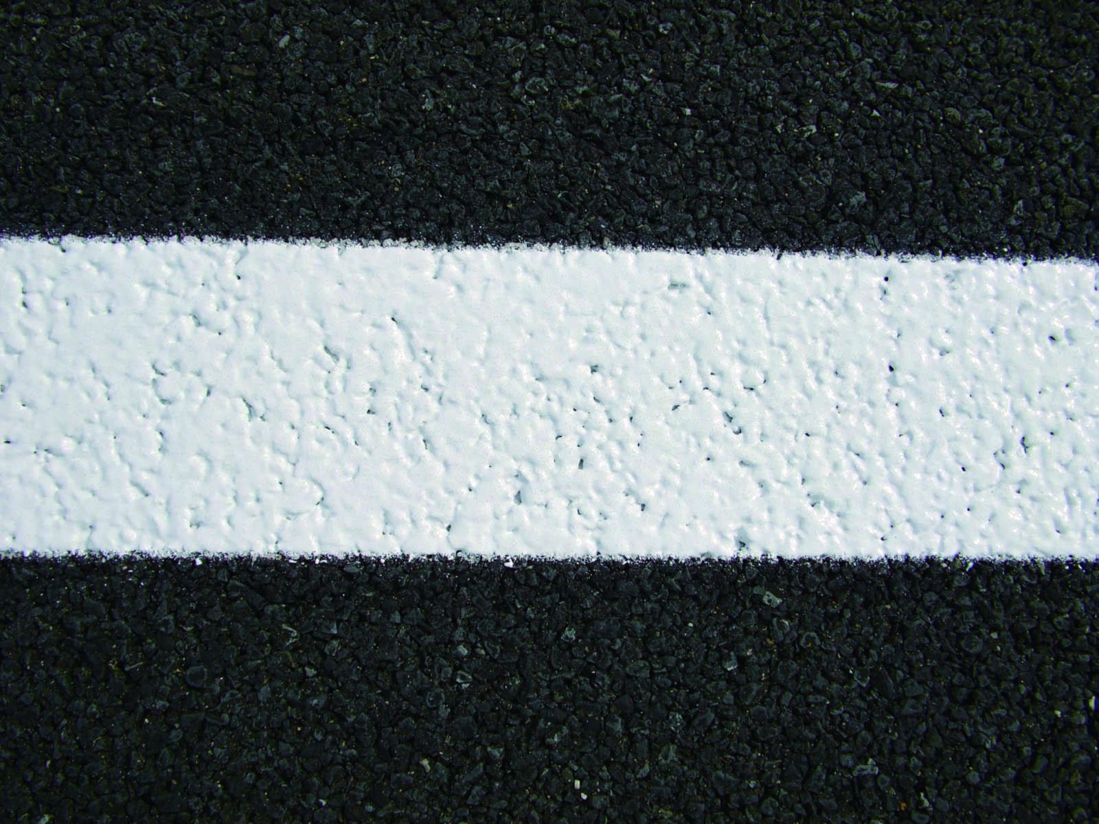 高機能舗装に対応した、厚みが一定のライン